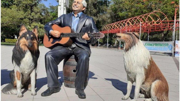 Instalan estatuas de Alberto Fernández y sus perros junto a Evita y Domingo Perón