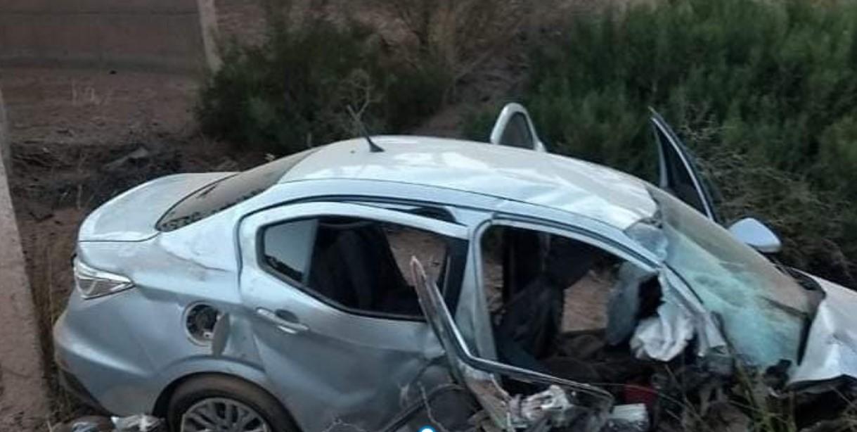 Un automóvil con dos ocupantes volcó y cayó al vacío en un puente sobre ruta 76